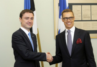 Prime Minister Alexander Stubb (right) met his Estonian counterpart in Tallinn on Monday in what was his first official visit abroad.