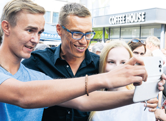 Prime Minister Alexander Stubb poses for a selfie in Seinäjoki last year. Now selfie photography is a college course in Britain.