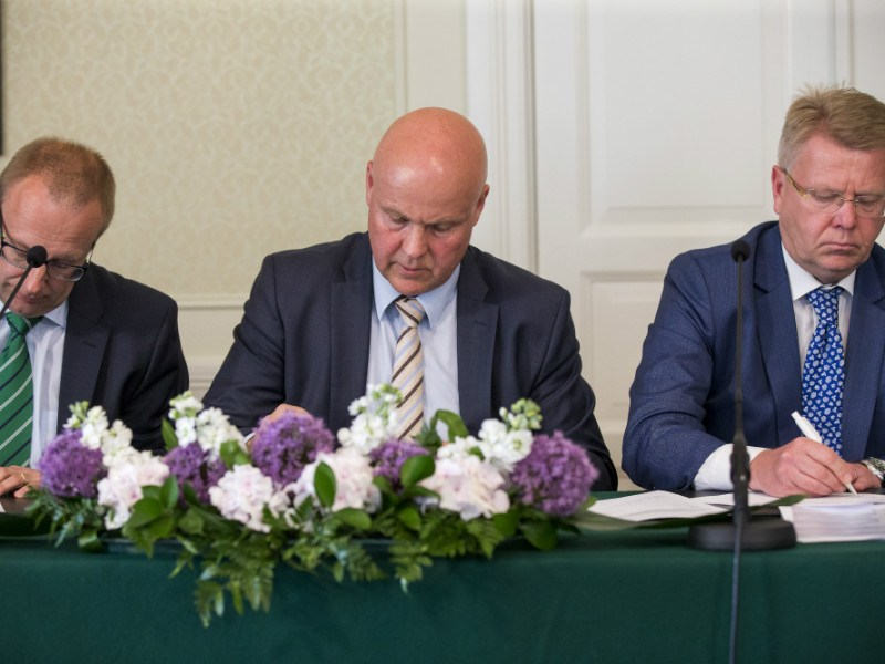 Antti Palola (centre), the president of the Finnish Confederation of Professionals (STTK), put pen to paper on the so-called competitiveness pact in mid-June.
