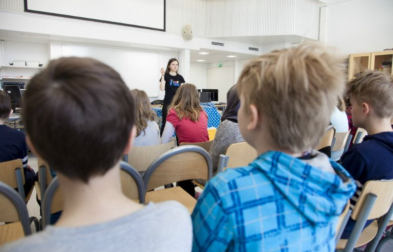 Finland has the third smallest proportion of 15-year-old students who fall behind at school, finds a study by Unicef. Svetlana Surakka held a science workshop at the Hietakumpu Primary School in Helsinki on 14 April, 2016.