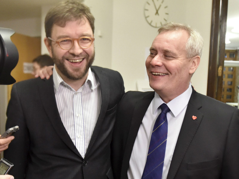 Timo Harakka (SDP) shared a laugh with Antti Rinne, the chairperson of the Social Democrats, at the Parliament House on 25 November, 2016.