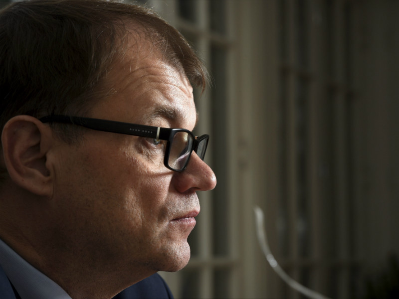 Almost one-half of the public have a negative opinion of the actions of Prime Minister Juha Sipilä (Centre), indicates a poll commissioned by Helsingin Sanomat.