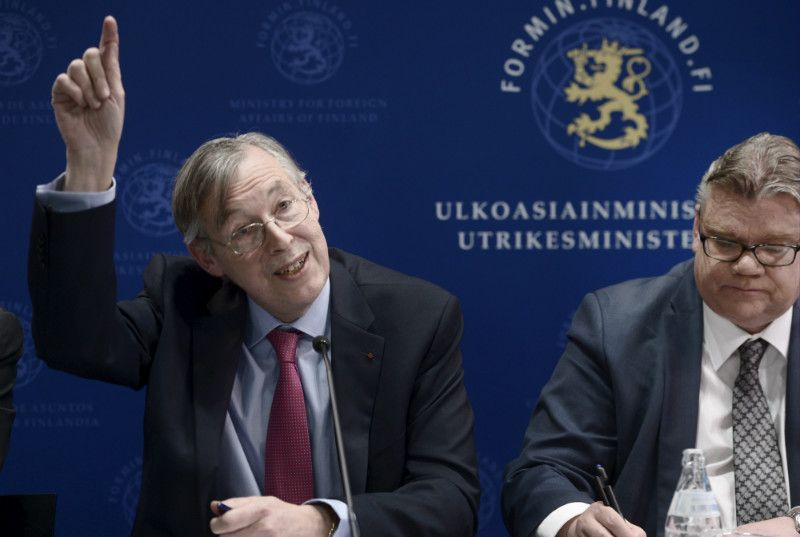 François Heisbourg, the chairperson of the International Institute for Strategic Studies (IISS), was pictured alongside Timo Soini (PS), the Minister for Foreign Affairs, in a press conference in Helsinki on 29 April, 2016.