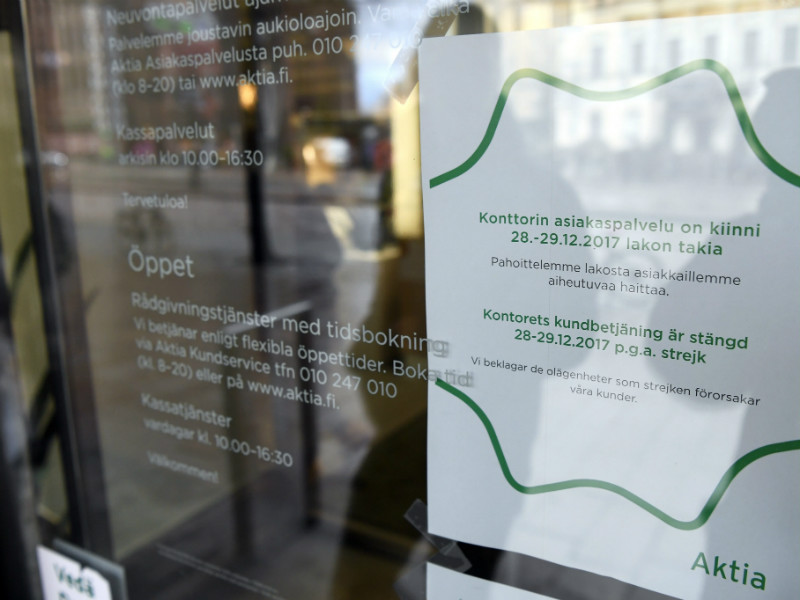 A notice of the disruptions caused by a strike organised by financial sector employees was taped on the front door of an Aktia branch office in Helsinki on 27 December, 2017.