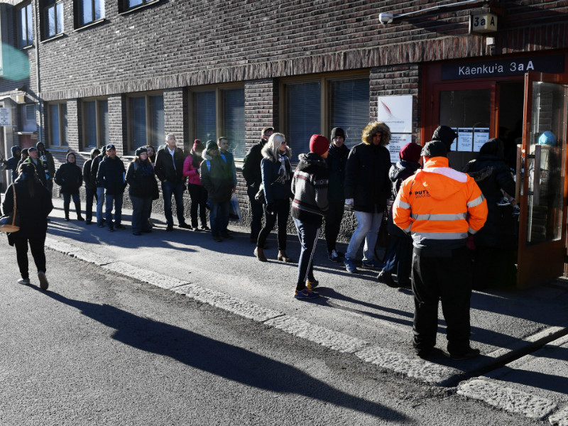 A line outside an office of the Finnish Immigration Service (Migri) in Helsinki on 24 March, 2017.