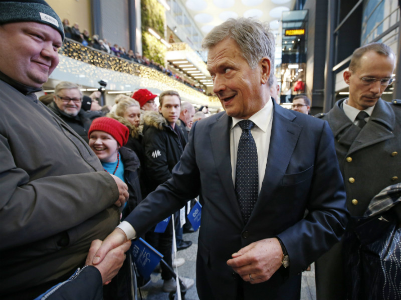 President Sauli Niinistö greeted voters while on the campaign trail in Oulu on Saturday, 2 December, 2017.