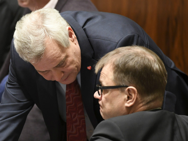 Antti Rinne (left), the chairperson of the Social Democrats, could cross the aisle from opposition to power after the next parliamentary elections, according to recent polls. Prime Minister Juha Sipilä (right), on the other hand, could find himself in the opposition come 2019.