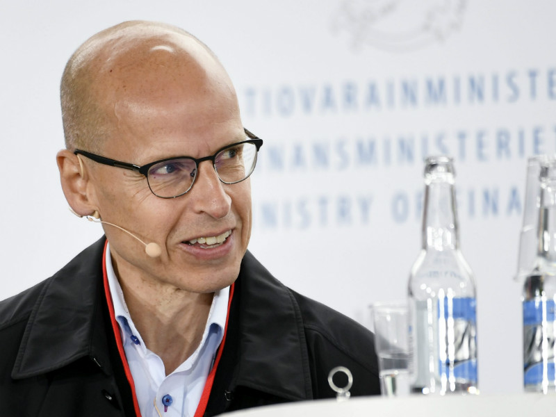 Martti Hetemäki, the permanent secretary at the Ministry of Finance, is concerned that the proposed basic income schemes could discourage recipients from finding employment.