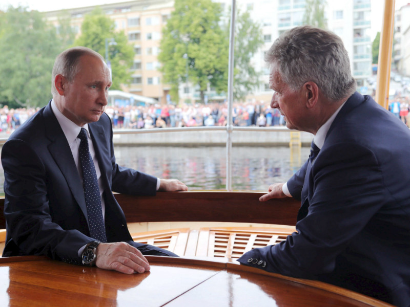 Russian President Vladimir Putin (left) and Finnish President Sauli Niinistö were pictured onboard a museum steamship on Lake Pihjalavesi in Savonlinna, Eastern Finland, on 27 July, 2017.