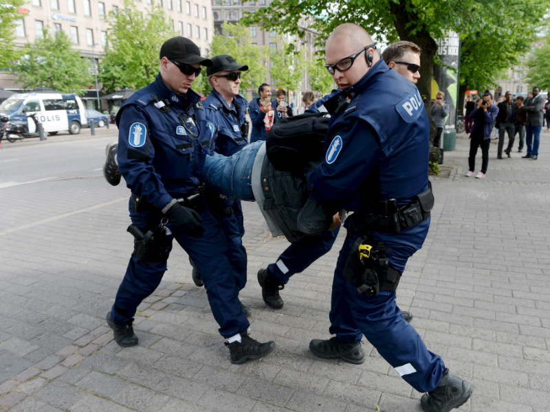 Four people were brought into custody as police officers dispersed a crowd of nationalist protesters at Helsinki Railway Square on Tuesday.