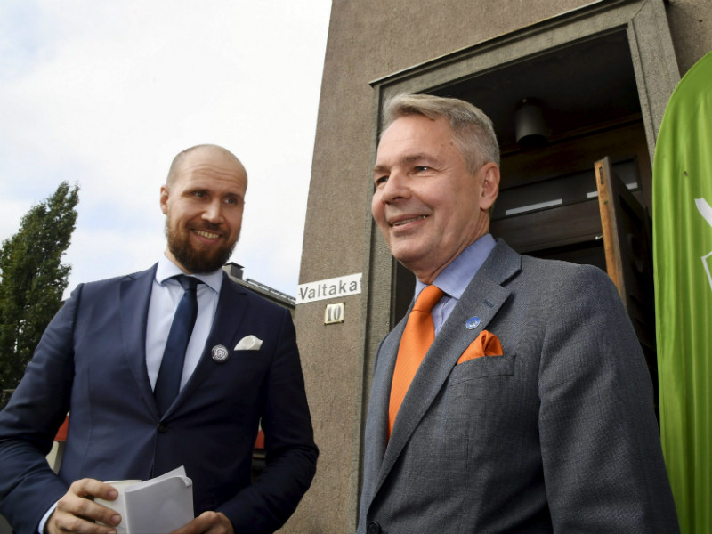The Green League's chairperson Touko Aalto (left) and presidential candidate Pekka Haavisto were pictured during a party meeting in Riihimäki on 23 September. The opposition party has seen its support fall by 1.2 percentage points over the past month, according to a poll by YLE.