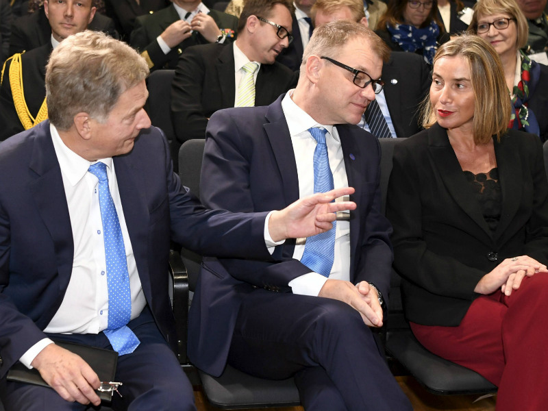 President Sauli Niinistö (left) chatted with Prime Minister Juha Sipilä and EU High Representative for Foreign Affairs and Security Policy Federica Mogherini before the inauguration ceremony of the European Centre for Countering Hybrid Threats in Helsinki on Monday, 2 October.