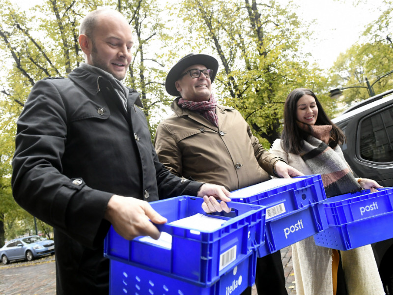 Sampo Terho (foreground), Matti Torvinen and Tiina Elovaara of the Blue Parliamentary Group were pictured holding boxes of support cards outside the Ministry of Justice in Helsinki on 16 October, 2017.