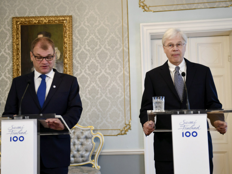 Prime Minister Juha Sipilä (left) and Nobel Laureate Bengt Holmström commented on the establishment of a new centre of excellence in economics in a news conference in Helsinki on 19 September, 2017.