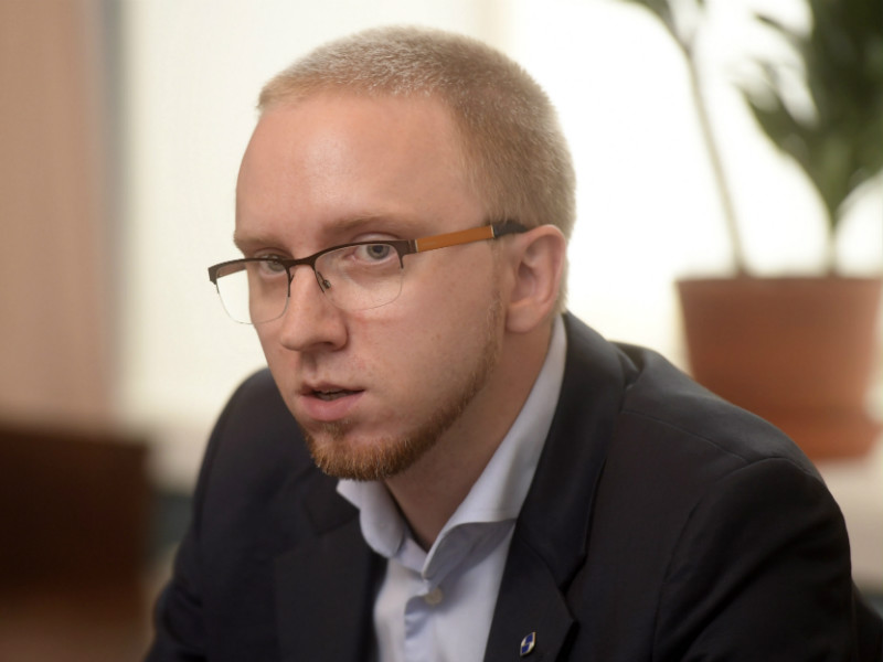 Simon Elo, the chairperson of the Blue Reform Parliamentary Group, believes citizens should be eligible for higher social security benefits than non-citizens on grounds that they have principally contributed to the tax base of Finland.