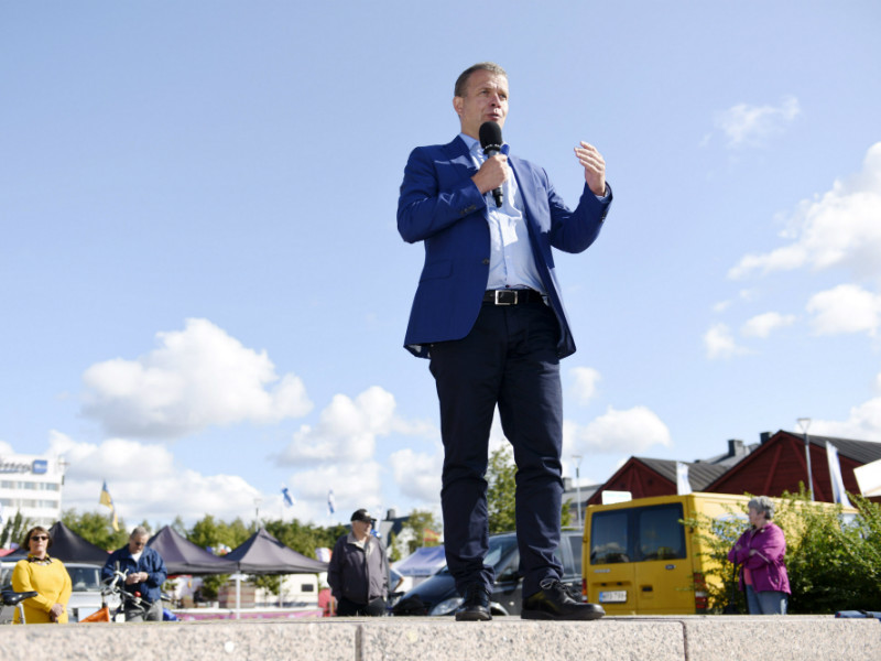 Petteri Orpo (NCP), the Minister of Finance, spoke to members of the public at the Oulu Market Square on 22 August 2018. (Credit: Heikki Saukkomaa – Lehtikuva)
