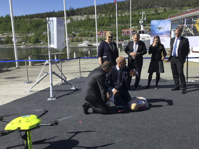 Prime Minister Juha Sipilä (right) and his Nordic counterparts watched a demonstration of how 5G can facilitate the use of drones in rescue work in Örnsköldsvik, Sweden, on 23 May 2018.