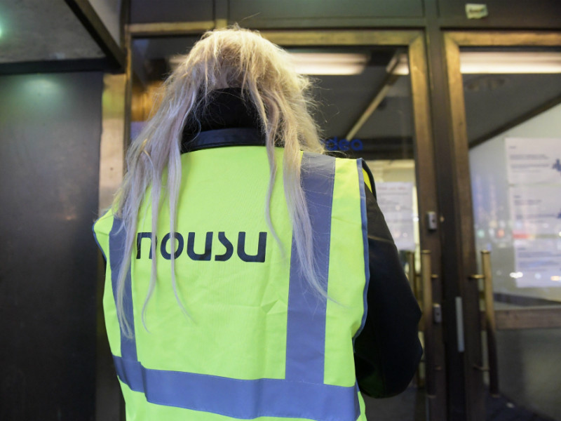 A picketer outside Nordea's office on Mannerheimintie, Helsinki, during a work stoppage on 4 January, 2018.