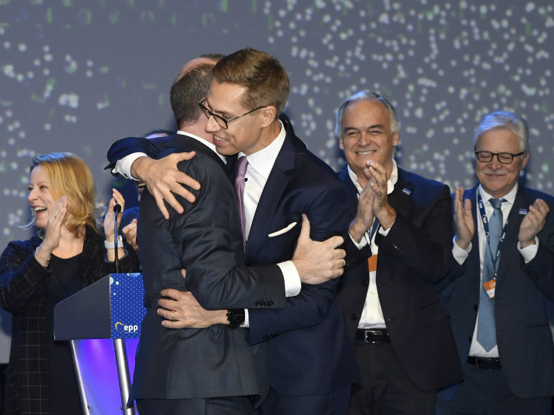 Alexander Stubb (NCP), a vice-president at the European Investment Bank (EIB), congratulated Manfred Weber after the German was elected as the lead candidate of the European People's Party in Helsinki on Thursday, 8 November. (Credit: Markku Ulander – Lehtikuva)