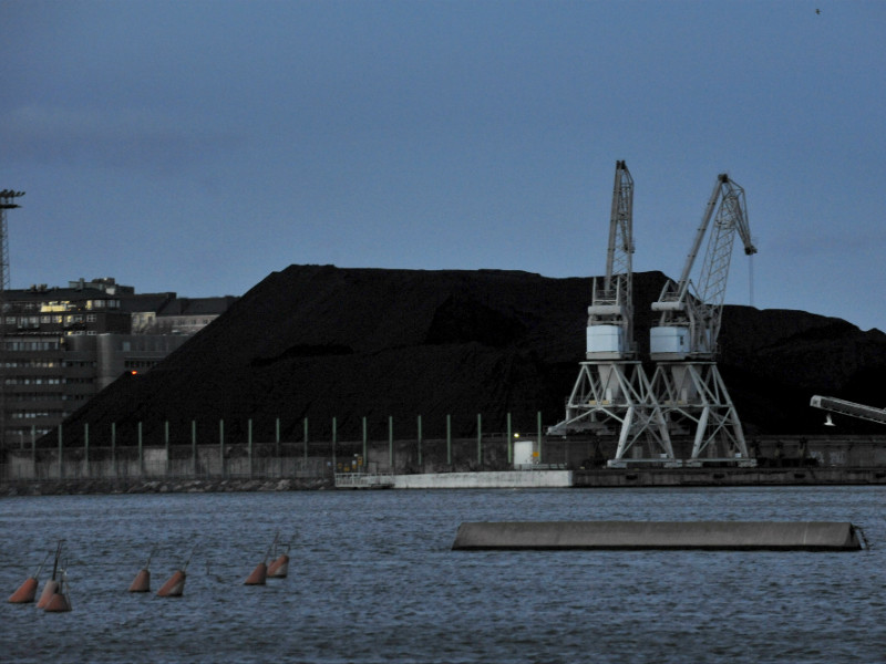 Piles of coal outside the Hanasaari Power Plant in Helsinki on 26 December 2015. The Finnish government has tabled a proposal to prohibit the use of coal for energy production by 1 May 2029. (Credit: Timo Jaakonaho – Lehtikuva)