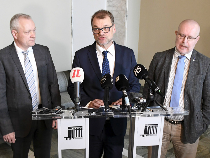 Prime Minister Juha Sipilä (centre), Minister of Employment Jari Lindström (right) and Kalle Jokinen (left), the chairperson of the National Coalition Parliamentary Group, talked to the media in a news conference in Helsinki on Thursday, 11 October. (Credit: Jussi Nukari – Lehtikuva)