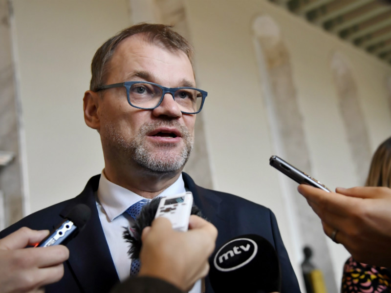Prime Minister Juha Sipilä (Centre) spoke to reporters after Minister for Foreign Affairs Timo Soini (BR) received the confidence of the Finnish Parliament on Friday, 21 September. (Credit: Markku Ulander – Lehtikuva)