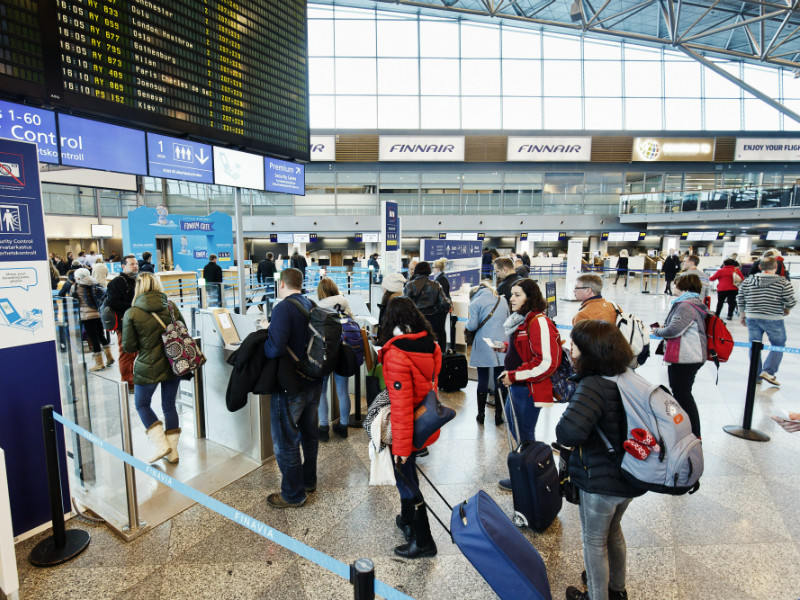 Passengers lined up for a security check at Helsinki Airport on 3 March, 2017. Nearly 19 million passengers passed through the airport during the course of last year. (Roni Rekomaa – Lehtikuva)