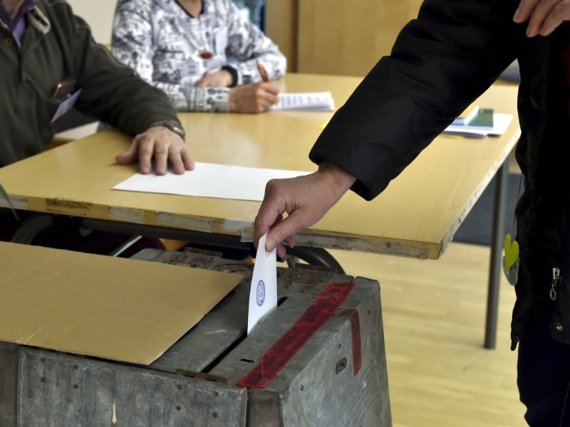 A voter placing a vote slip into a ballot box at Mäntsälä Town Hall on Sunday, 14 April 2019.(Emmi Korhonen – Lehtikuva)