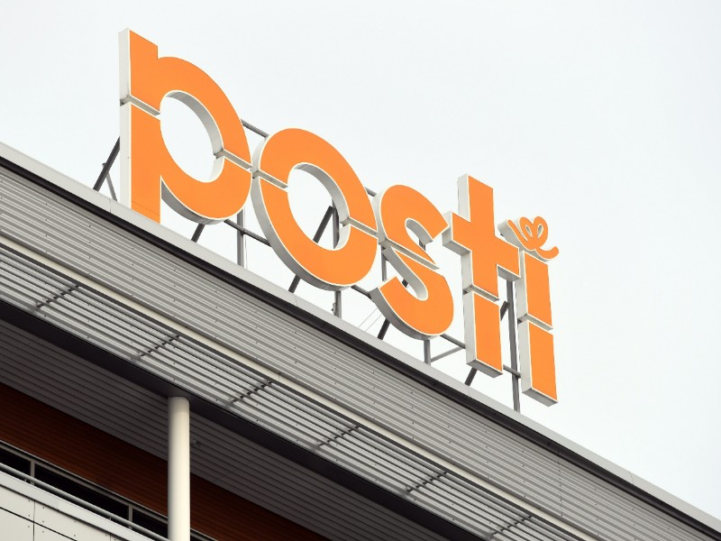 Posti on Monday announced it will launch consultative negotiations with employees in production or administration-related jobs at its postal services unit. (Antti Aimo-Koivisto – Lehtikuva)