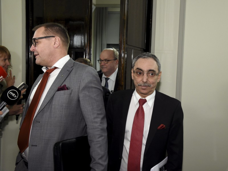 The Blue Reform's Matti Torvinen (left) and National Coalition's Ben Zyskowicz (right) leaving the Constitutional Law Committee's extraordinary meeting on the social, health care and regional government reform on Monday evening. (Credit: Markku Ulander – Lehtikuva)