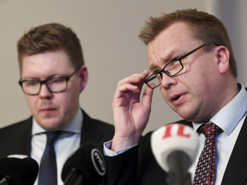 Antti Kaikkonen (right), the chairperson of the Centre Parliamentary Group, and Antti Lindtman (left), the chairperson of the Social Democratic Parliamentary Group, spoke to reporters after a meeting of all parliamentary groups over the suspected sex crimes in Helsinki and Oulu. (Credit: Heikki Saukkomaa – Lehtikuva)