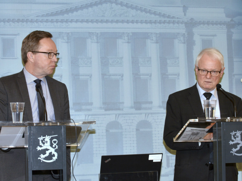 Mika Lintilä (left), the Minister of Economic Affairs, and Erkki Ormala (right), a professor of practice in innovation management at Aalto University, held a press conference in Helsinki on 9 January 2019. (Credit: Mesut Turan – Lehtikuva)