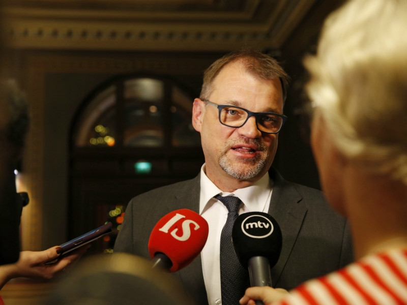 Prime Minister Juha Sipilä (Centre) was surrounded by members of the media at the Oulu City Hall on Saturday, 12 January 2019. (Credit: Timo Heikkala – Lehtikuva)