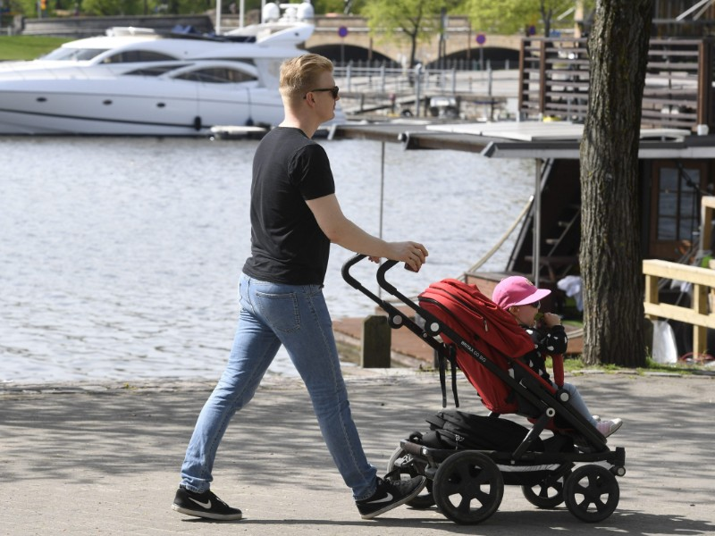 Prime Minister Antti Rinne's government is intent on lengthening the earnings-related leaves allocated to fathers without reducing the share allocated to mothers. (Heikki Saukkomaa – Lehtikuva)