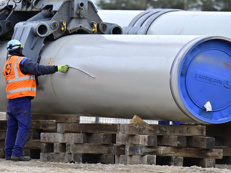 A man works at the construction site of Nord Stream 2, a gas pipeline linking Germany and Russia, in Lubmin, Germany, on 26 March 2019. (Tobias Schwarz – AFP/Lehtikuva)