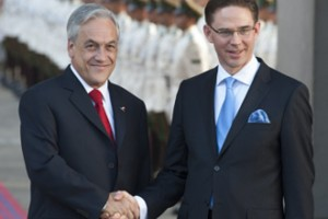 Chilean President Sebastian Pinera (L) and Finnish Prime Minister Jyrki Katainen shake hands upon arrival at La Moneda presidential Palace in Santiago, on January 29,2013
