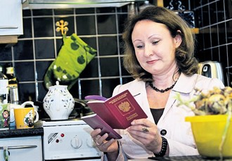 Under the new law, Russians with a dual citizenship must report their citizenship status and place of residence to Russian authorities. Svetlana Štšegoleva, from Kouvola, holds both Finnish and Russian passports.