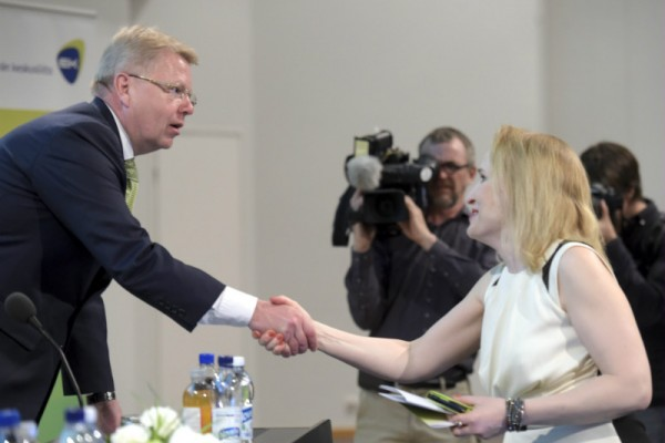 National Conciliator Minna Helle shook hands with the director general of the Confederation of Finnish Industries (EK), Jyri Häkämies, during a seminar organised by EK in Helsinki on 23 May, 2016.