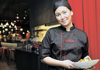 Nikki Enriquez came to Finland from the Philippines two years ago in a group of about thirteen cooks. She now works at the Memphis restaurant.