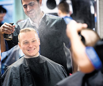 Timo Hämäläinen was pleased to find that a new barber's shop had opened on the ground floor of his house. Pshko Shwany, trainee at Newroz, trimmed Hämäläinen's hair.