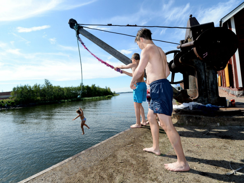Youngsters cooled off by plunging into the Baltic Sea in Vaasa, Ostrobothnia, on 19 July 2018.