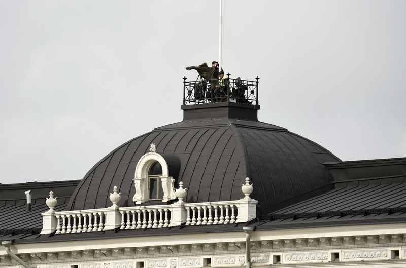Security forces monitor the surroundings from a rooftop in Central Helsinki (Image: Lehtikuva)