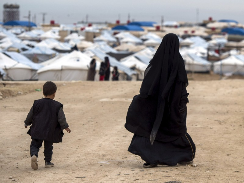A woman and child walk toward rows of tents at al-Hawl, a detention camp for the women and children of the so-called Islamic State (IS) in Syria. (Fadel Senna – AFP/Lehtikuva)
