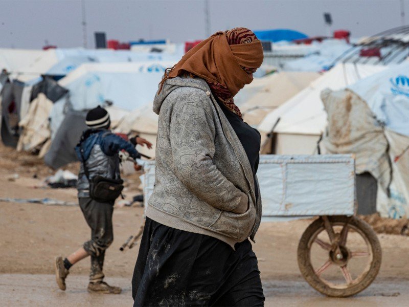 A women walking at al-Hol, a Kurdish-controlled detention camp for the displaced families of the so-called Islamic State (IS), in Syria on 8 December 2019. (Delil Souleiman – AFP/Lehtikuva)