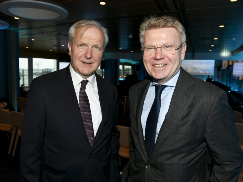 Olli Rehn of the Bank of Finland (left) and Jyri Häkämies of the Confederation of Finnish Industries (right) posed for a photograph at the autumn meeting of EK in Helsinki on 20 November 2019. (Martti Kainulainen – Lehtikuva)