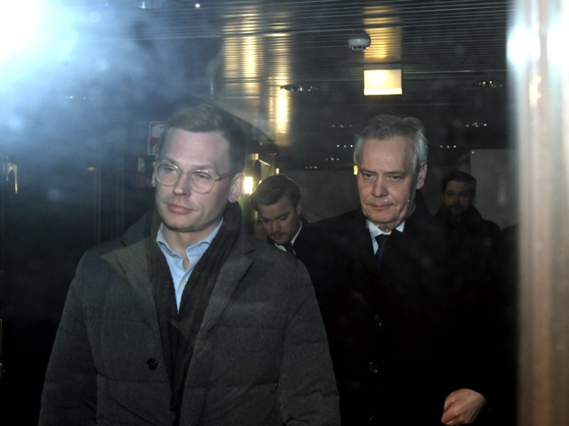 Antton Rönnholm (left) and Antti Rinne (right) of the Social Democrats were photographed outside the party's office in Hakaniemi, Helsinki, on Monday, 2 December 2019. (Markku Ulander – Lehtikuva)