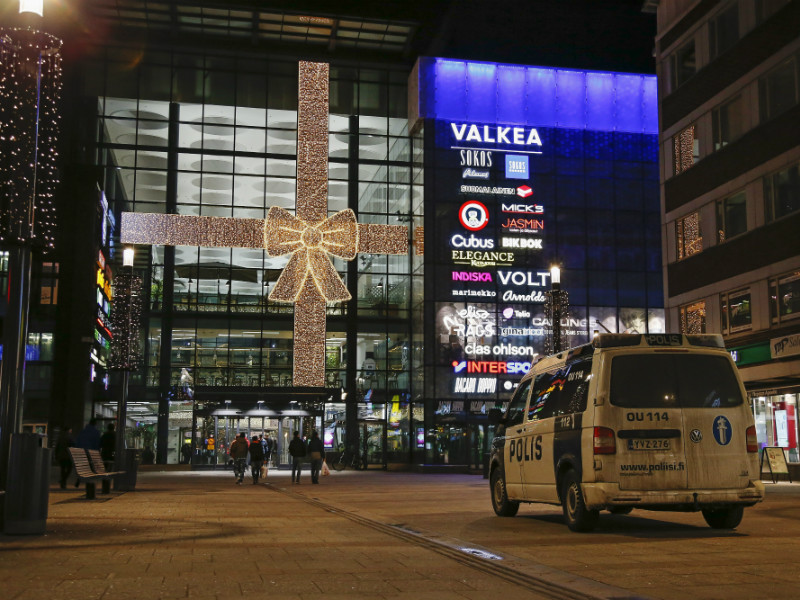 A police van parked outside Valkea Shopping Centre in Oulu on 6 December 2018. The local police has pleaded with the public not to harass or threaten people who appear to be of foreign origin. (Credit: Timo Heikkala – Lehtikuva)