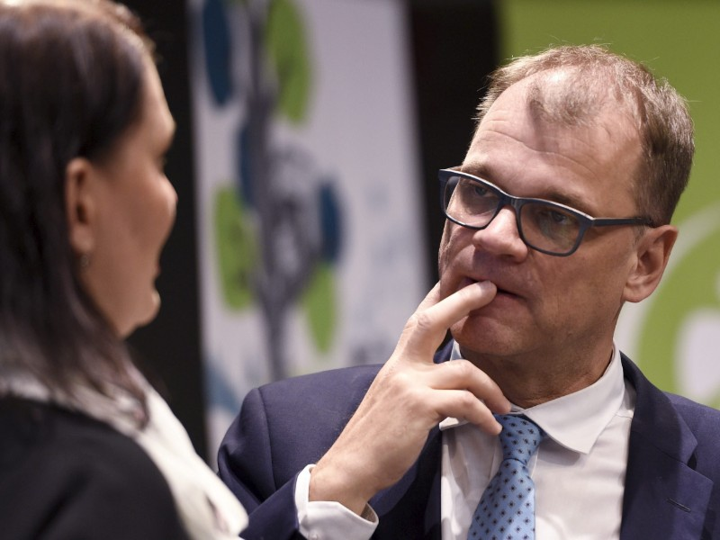Riikka Pirkkalainen (left) and Juha Sipilä (right) of the Centre Party parlayed at a party meeting in Helsinki on 5 June 2019. (Martti Kainulainen – Lehtikuva)