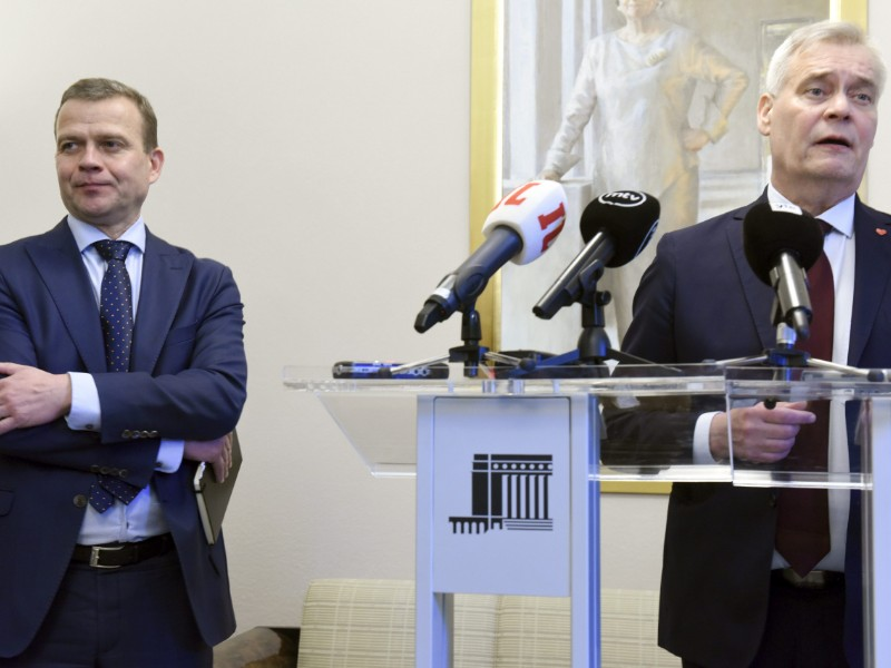 Petteri Orpo (left), the chairperson of the National Coalition, listened as his counterpart from the Social Democrats, Antti Rinne, talked to the media about the upcoming coalition formation process in the Parliament House in Helsinki on Thursday, 8 May 2019. (Heikki Saukkomaa – Lehtikuva)