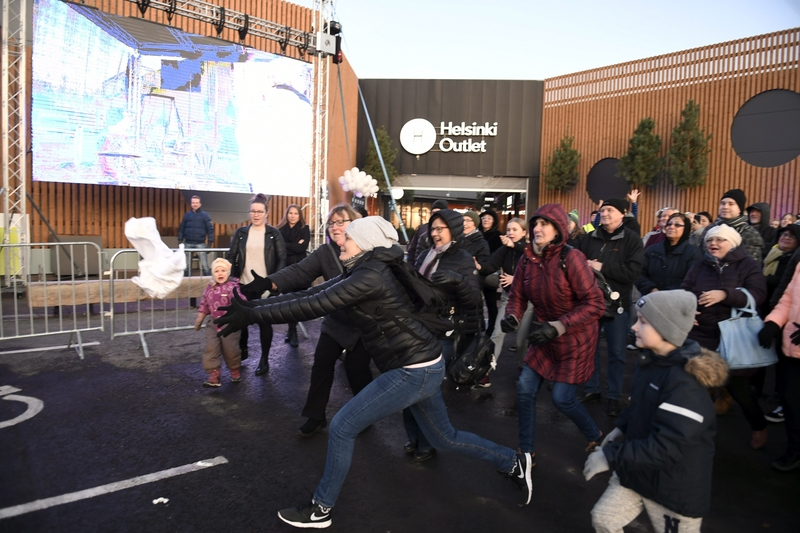 Shoppers jostle for free t-shirts at the opening of Helsinki Outlet last night (Image: Lehtikuva)